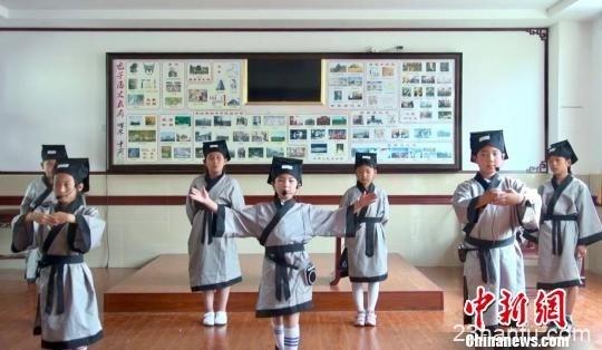 着汉服吟诗经 国学课堂带领小学生感受传统文化之美