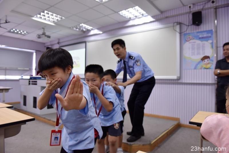 """当警服遇上汉服,用沪语说起高铁,这些校园内外""""编外老师""""如何上好爱心暑托班?"""