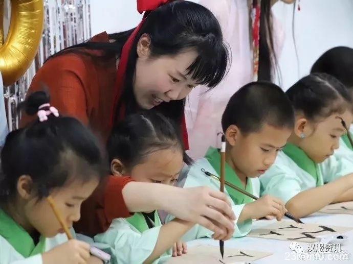 金沙馨园幼儿园举行了一场难忘的开笔礼