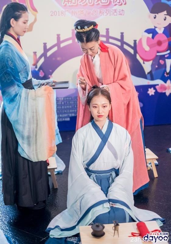 """""""七夕夜""""点亮小蛮腰,12位少女身穿汉服完成笄礼"""