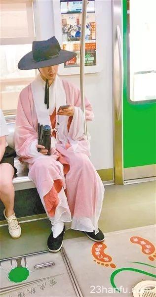 1岁小哥哥每天穿汉服坐轨道:5年来生活中全是穿这个'