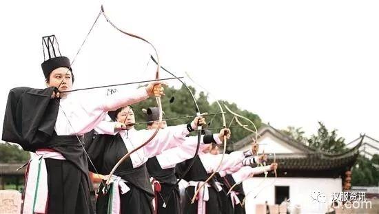 着汉服弯弓引箭 他们把爱好做到极致