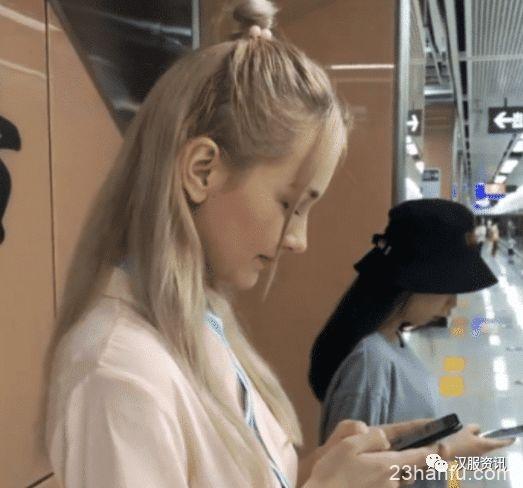 俄罗斯美女穿汉服超害羞,当她看镜头时,网友:这谁能受的了