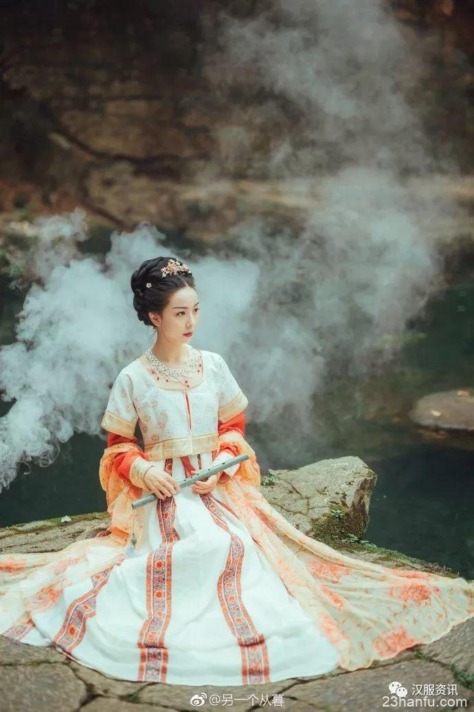 """【汉服美图】""""长相思,在长安, 络纬秋啼金井阑, 美人如花隔云端。"""