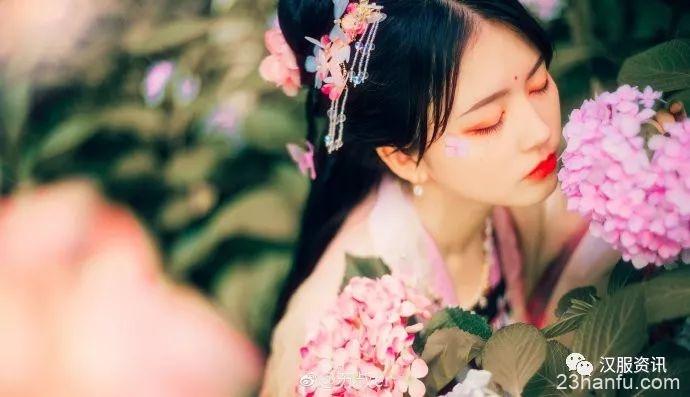 《繁花》 绣球春晚欲生寒,满树玲珑雪未干