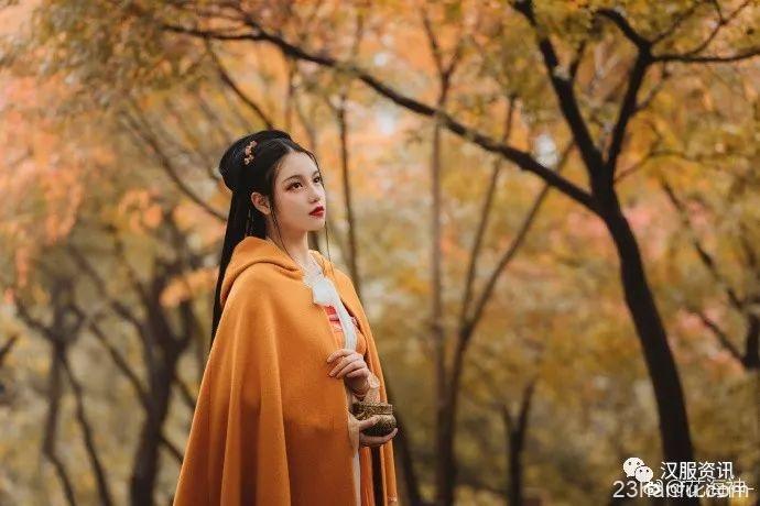 """【汉服摄影】""""孤山独望秋色,霜枫散落成泥"""""""