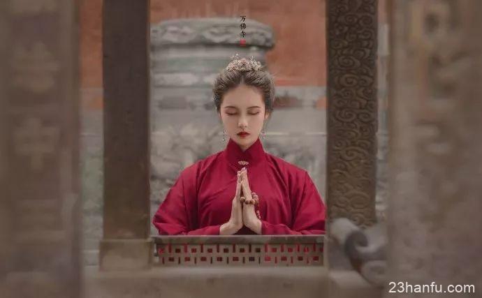 【汉服美图】万顷石松围佛寺