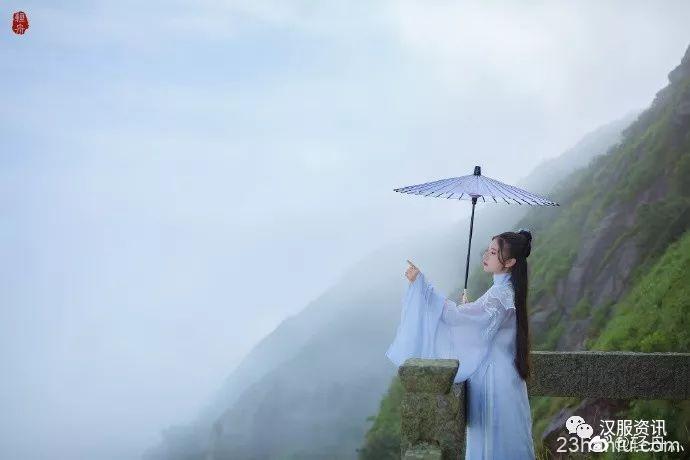 【汉服私影】溪头一径入青崖,世中遥望空云山。