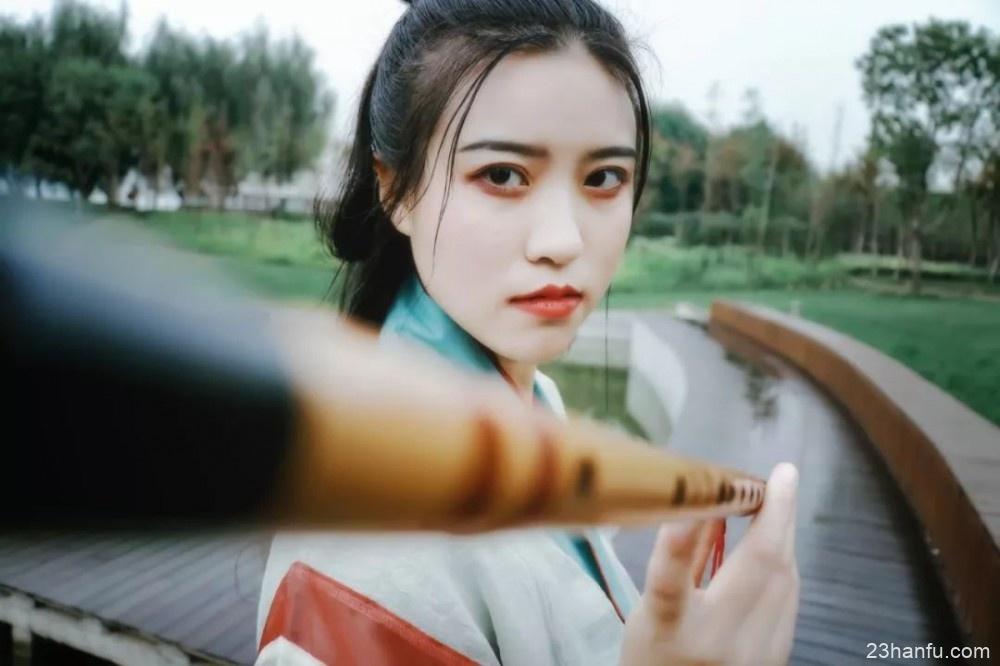 【汉服摄影】醉卧眉山一点红,两弯柳色倒春风。