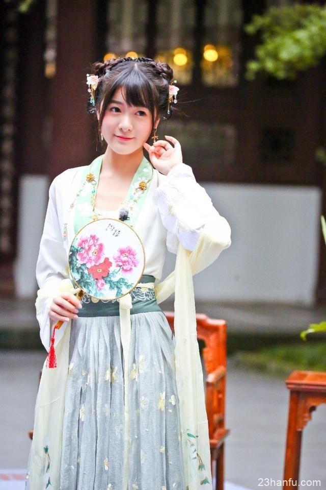 她用女儿身骗了观众十年,穿汉服游日本惹争议,一席话让网友怒赞