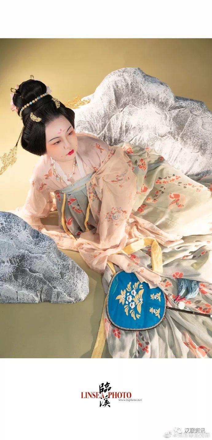 【汉服私影】天香夜染衣犹湿,国色朝酣酒未苏